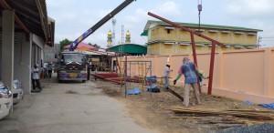 การก่อสร้าง หลังคา เมทั้ลชีส  ตามแนวรั้วกุโบร์
