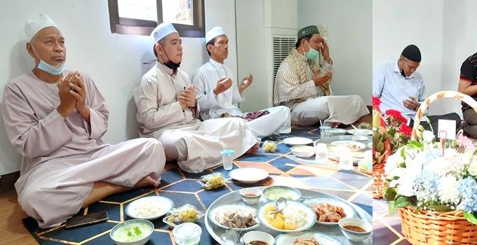 อิหม่ามและกรรมการมัสยิดร่วมงานเปิดร้านข้าวมันไก่ของดร.เอกรินทร์ อยู่บำรุง